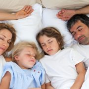 Parentip - family sleeping together