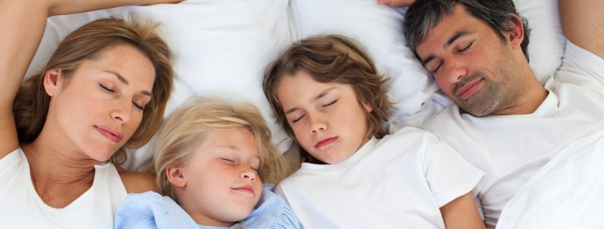Parentip - family sleeping together